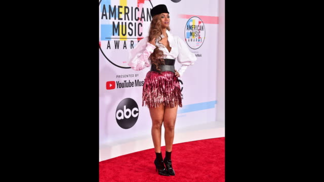 tyra banks attends the 2018 american music awards at microsoft theater on october 09, 2018 in los angeles, california. - タイラ・バンクス点の映像素材/bロール