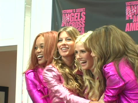 vídeos de stock, filmes e b-roll de tyra banks gisele bundchen heidi klum alessandra ambrosio and adriana lima at the victorias secret angels across america in los angeles victoria... - tyra banks