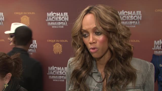 vídeos de stock, filmes e b-roll de tyra banks on being a fan of michael jackson at michael jackson the immortal world tour new york premiere at madison square garden on april 03 2012... - tyra banks