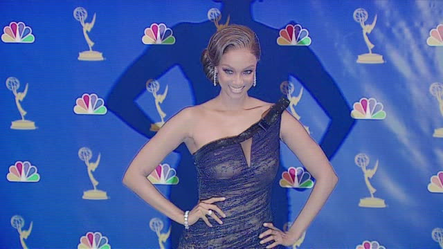 vídeos de stock, filmes e b-roll de tyra banks presenter at the 2006 emmy awards press room at the shrine auditorium in los angeles california on august 27 2006 - tyra banks