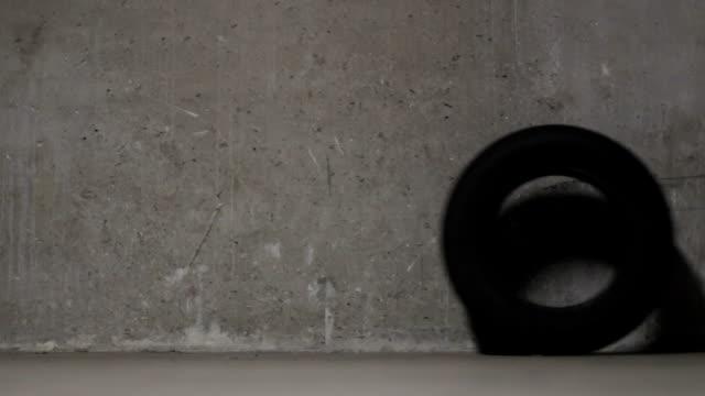 vidéos et rushes de pneus dans le garage, humour, drôle - rouler ou dérouler