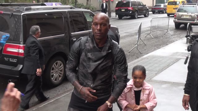 """vídeos de stock, filmes e b-roll de tyrese gibson at """"the view"""" show signs for fans in celebrity sightings in new york - tyrese"""