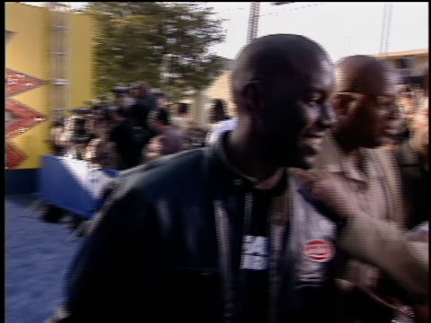 tyrese walking the 2003 mtv movie red carpet with a kid walking with him tyrese telling the young boy he is walking with to throw the peace sign up - tyrese stock videos & royalty-free footage