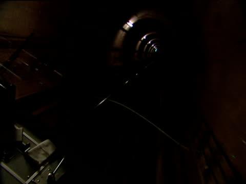 vidéos et rushes de u-bahn tube driver presses buttons and pulls levers sending train hurtling through underground tunnel to next station munich - levier de contrôle