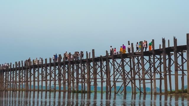 vídeos y material grabado en eventos de stock de puente u bein de teca el lago taungthaman en amarapura, mandalay, myanmar - árbol de hoja caduca
