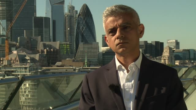 stockvideo's en b-roll-footage met uber granted short-term operating licence in london: sadiq khan interview; england: london: ext sadiq khan interview sot. - on standing up to uber /... - probatie