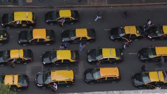 uber la multinacional de transporte desregulado e informatico se lanzo el martes a operar sin permiso en buenos aires y desato una nueva guerra esta... - transporte stock videos & royalty-free footage