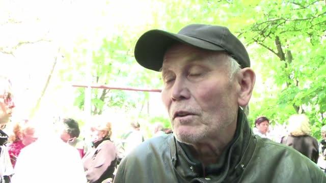 ucrania continua enterrando muertos mientras su gobierno pide a la comunidad internacional respaldo en las proximas elecciones del 25 de mayo - guerra civil stock videos and b-roll footage