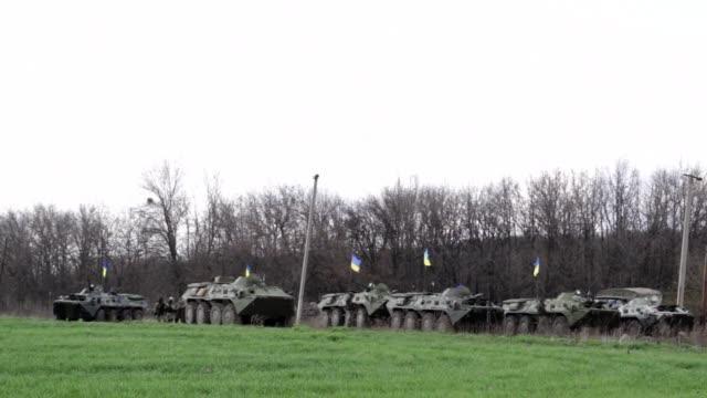 ucrania desplego este martes tropas para liquidar a los separatistas prorrusos del este que no depongan las armas al tiempo que rusia advertia que el... - guerra civil stock videos and b-roll footage