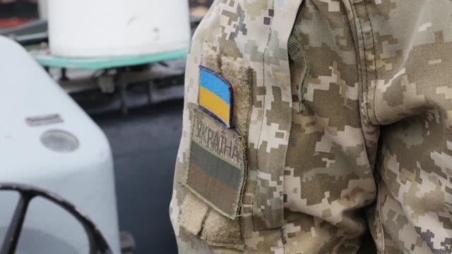 ucrania dio un importante paso hacia la declaracion de una ley marcial despues de que rusia capturara por la fuerza tres buques de la marina... - estrecho stock videos and b-roll footage