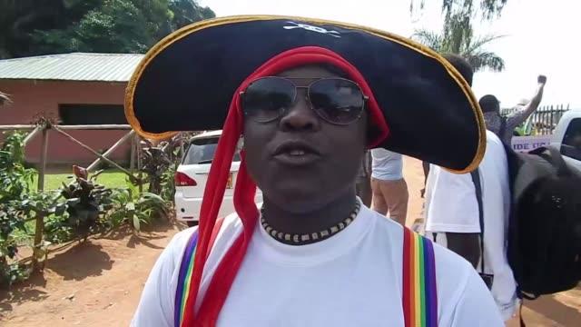 Uganda celebro el sabado su primer desfile del Orgullo Gay desde que el Tribunal Constitucional anulara una polemica ley que castiga la propaganda...