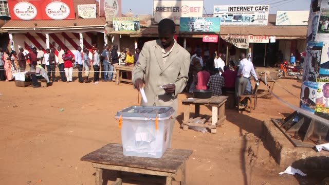 vidéos et rushes de uganda is going into elections next year for the presidential and parliamentary. footage shows ugandans voting on voting day in last elections of... - kampala