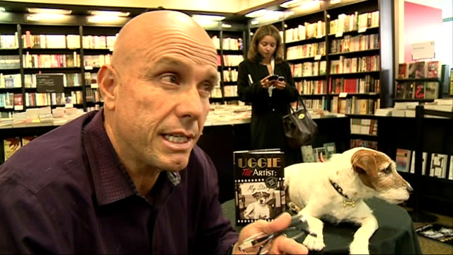 vidéos et rushes de uggie the jack russell promotes autobiography omar von muller interview with uggie and autobiography beside sot - autobiographie