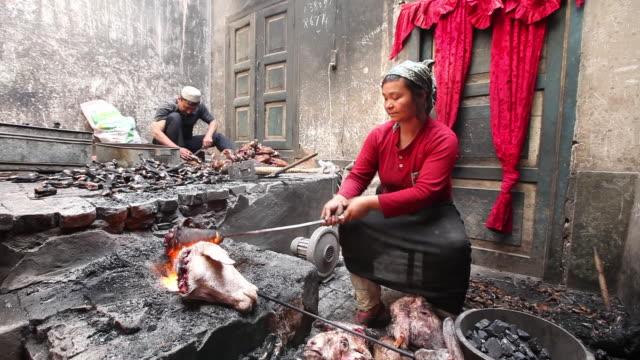 uighur muslim woman grilling lamb heads - 新疆ウイグル自治区点の映像素材/bロール