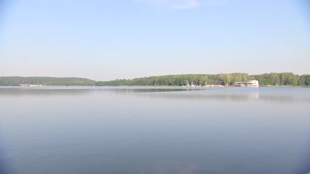 ukiel lake in olsztyn - riva del lago video stock e b–roll