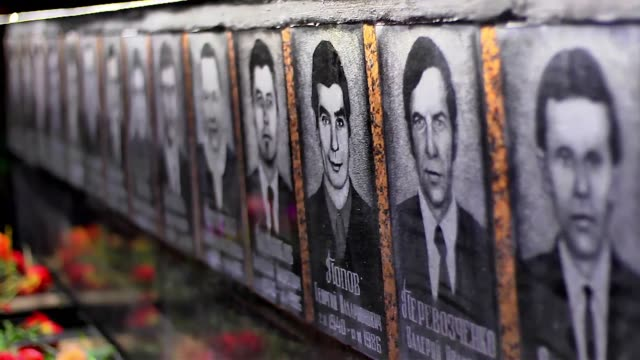 vídeos y material grabado en eventos de stock de ukraine marks the 30th anniversary of the chernobyl disaster the worlds worst nuclear accident with a memorial ceremony in front of the monument to... - lluvia radioactiva