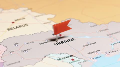 vídeos de stock, filmes e b-roll de ucrânia com a bandeira nacional - ucrânia