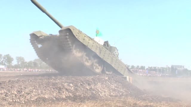 ukraines pro moscow insurgents showed off their military prowess on thursday by launching exercises involving heavy tanks that kiev claims they had... - ukraine stock-videos und b-roll-filmmaterial
