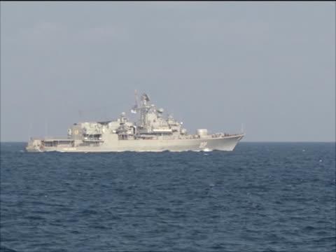 vidéos et rushes de ukrainian frigate hetman sahaydachniy viewed from chinese frigate khen shui in gulf of aden during nato's anti pirate operation ocean shield - cuirassé