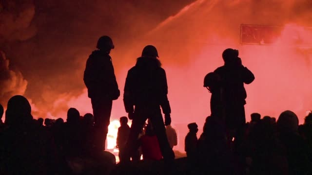 vídeos de stock e filmes b-roll de ukrainian police and protesters engage in ferocious clashes in the centre of kiev, leaving five activists dead in the first fatalities in two months... - violence