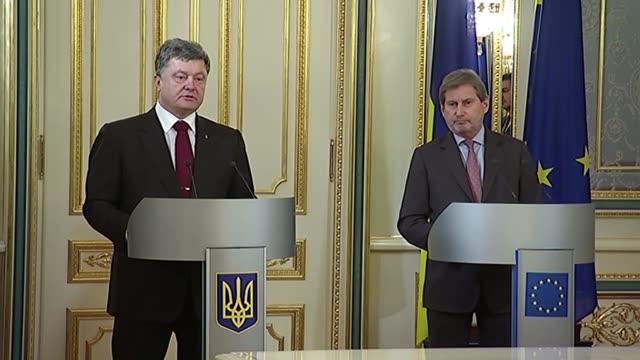 ukrainian president petro poroshenko and eu commissioner for european neighbourhood policy and enlargement johannes hahn hold a joint press... - europäische kommission stock-videos und b-roll-filmmaterial