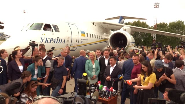 ukrainian president volodymyr zelensky speaks to journalists during a welcoming ceremony after russiaukraine prisoners swap at the boryspil... - political prisoner stock videos & royalty-free footage