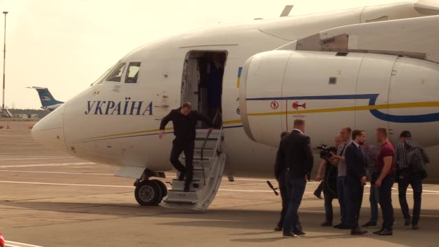 ukrainian president volodymyr zelensky waits for ukrainians who was jailed in russia upon their arrival during a welcoming ceremony after... - political prisoner stock videos & royalty-free footage