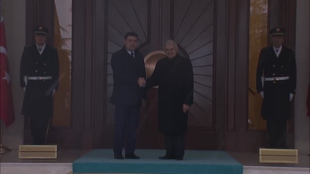 ukrainian prime minister volodymyr groysman is welcomed by turkish prime minister binali yildirim with an official welcoming ceremony at cankaya... - türkischer premierminister stock-videos und b-roll-filmmaterial
