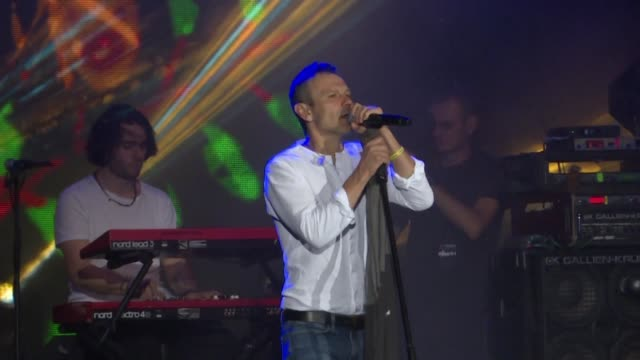 ukrainian rock star svyatoslav vakarchuk holds a concert rally in kiev in front of thousands two days ahead of the parliamentary elections - moderne rockmusik stock-videos und b-roll-filmmaterial
