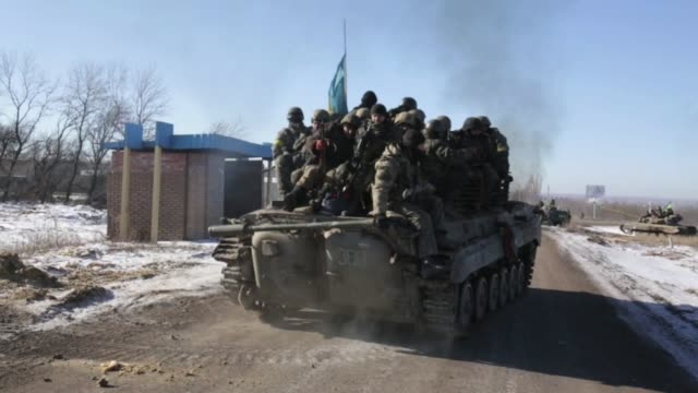 ukrainian troops retreat from the eastern ukrainian city of debaltseve in the donetsk region where the clashes between ukrainian army and prorussian... - ukraine stock-videos und b-roll-filmmaterial