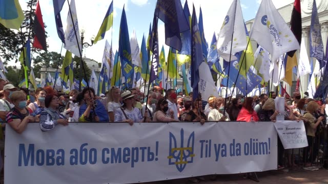 ukrainians hold a banner reading like 'the language or death!' during a rally in support ukrainian language in education and against adoption of the... - {{relatedsearchurl(carousel.phrase)}} video stock e b–roll