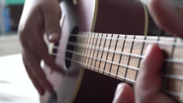 vídeos de stock, filmes e b-roll de ukulele tocando acorde close-up - ukulele