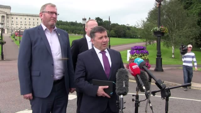 ulster unionist leader robin swann and dup mp gavin robinson hold a press conference outside stormont house belfast they discuss boris johnson's... - ストーモント点の映像素材/bロール
