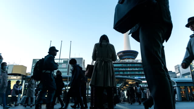 vídeos de stock e filmes b-roll de ultra hd 4k time-lapse : crowded pedestrian and tourist people on shopping street at kyoto subway station japan with kyoto tower on background - edifício do governo local