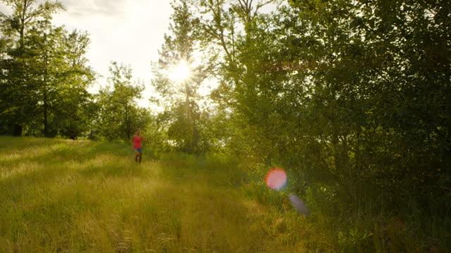 超マラソンランナーのランニング屋外の自然 - 胸筋点の映像素材/bロール