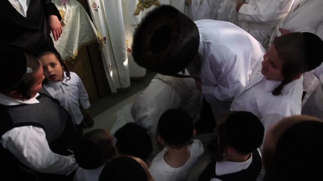 ultra orthodox israeli jews whipped believers with leather straps tuesday as a symbolic punishment for their sins during the traditional malkot... - jom kippur stock-videos und b-roll-filmmaterial