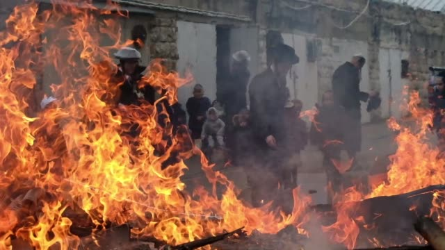 ultra orthodox jews burn bread and other products containing yeast during the hametz ceremony as they prepare for the jewish holiday of pesach in the... - passover stock videos and b-roll footage