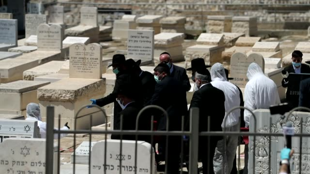 ultraorthodox jews attend at the har hamenuchot cemetery in jerusalem the funeral of israel's former chief rabbi eliahu bakshidoron known for... - orthodox judaism stock videos & royalty-free footage
