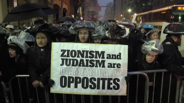 stockvideo's en b-roll-footage met ultraorthodox jews gather in front of the israel's consulate in new york to protest against israeli prime minister benjamin netanyahu's controversial... - orthodox jodendom