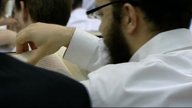stockvideo's en b-roll-footage met ultraorthodox jews lose conscription exemption int general views of male ultraorthodox jews in religious school studying religious texts - orthodox jodendom