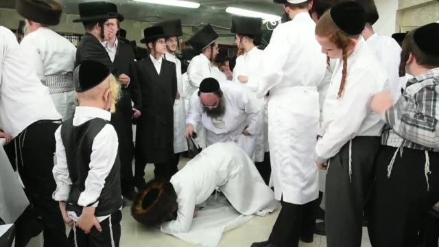 ultraorthodox jews whipped believers with leather straps as a symbolic punishment for their sins during the traditional malkot ceremony a few hours... - jom kippur stock-videos und b-roll-filmmaterial