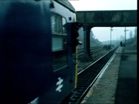 vidéos et rushes de ultrasonic railway test car; england: ext railway worker along beside side ot track looking for cracks ultrasonic railway test car along through... - wagon