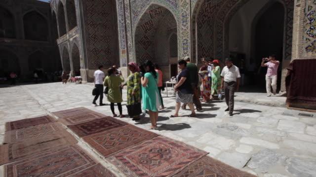 vídeos de stock, filmes e b-roll de ulugh beg madrasah in samarkand uzbekistan - madressa