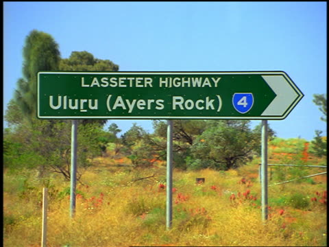 "road sign - ""uluru (ayers rock)"" / northern territory, australia - エアーズロック点の映像素材/bロール"