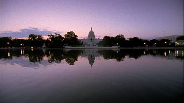 vídeos y material grabado en eventos de stock de xws ulysses s grant memorial calm pool water w/ statue capitol building bg - ulysses s grant
