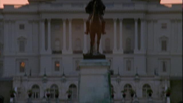 vídeos y material grabado en eventos de stock de tu ulysses s grant memorial equestrian statue past capitol building statue of freedom - ulysses s grant