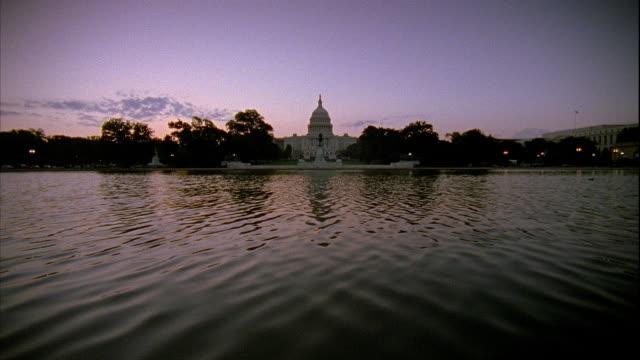 vídeos y material grabado en eventos de stock de xws ulysses s grant memorial rippling pool water w/ statue capitol building bg - ulysses s grant
