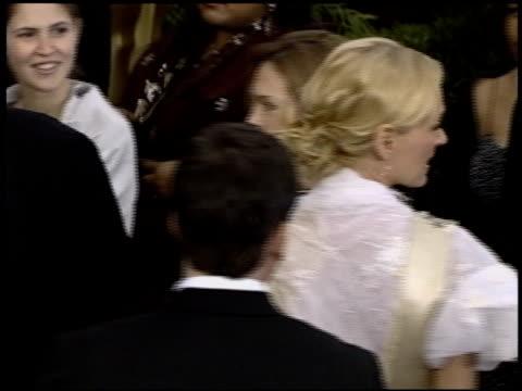 stockvideo's en b-roll-footage met uma thurman at the 2004 academy awards arrivals at the kodak theatre in hollywood, california on february 29, 2004. - 76e jaarlijkse academy awards