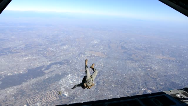 umarines with 3rd reconnaissance battalion 3rd marine division conduct static line and freefall parachute training during yokota parachute operation... - fallschirmjäger stock-videos und b-roll-filmmaterial