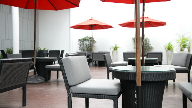 Sonnenschirm und Tisch Mittagessen